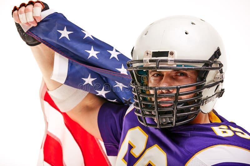 Футболист с формой и американским флагом празднует победу, на белой предпосылке стоковое изображение