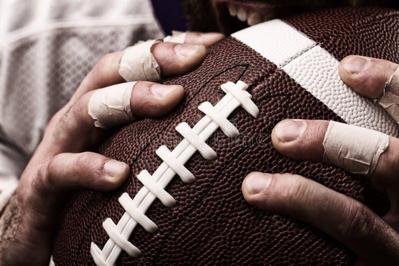 Футболист с шариком в руках, концом вверх стоковые фото