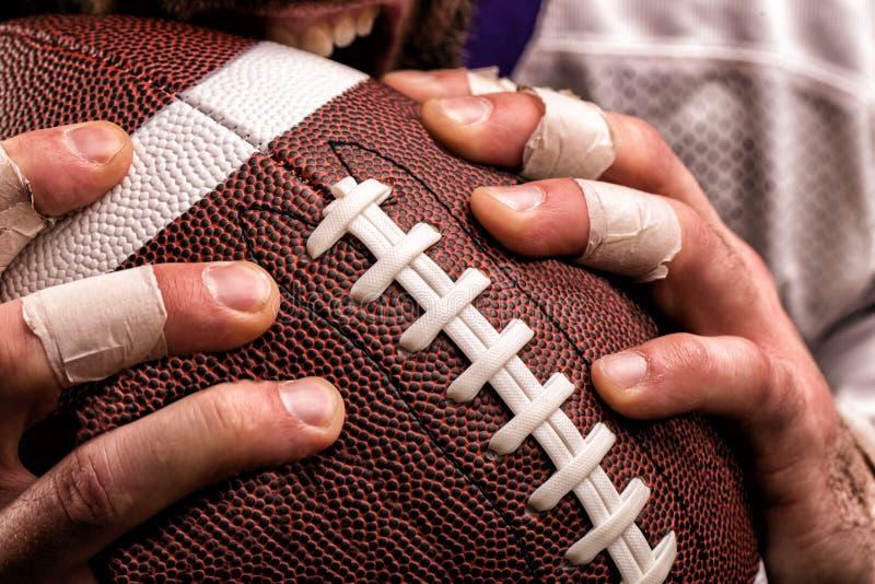 Футболист с шариком в руках, концом вверх стоковое изображение rf