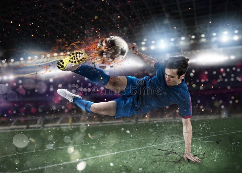 Футболист с soccerball горящим на стадионе во время спички стоковые изображения rf