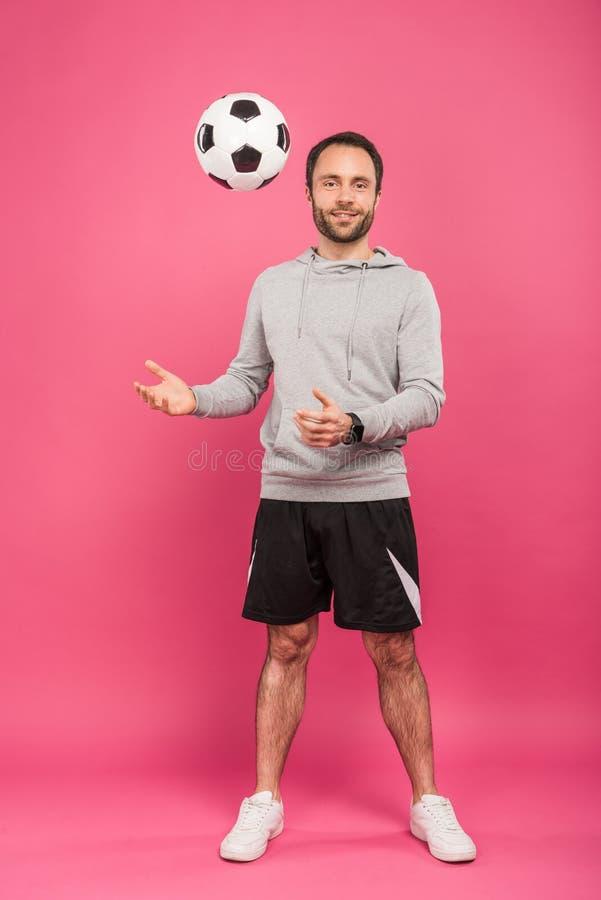 футболист nale бросая вверх изолированный шарик стоковое фото rf