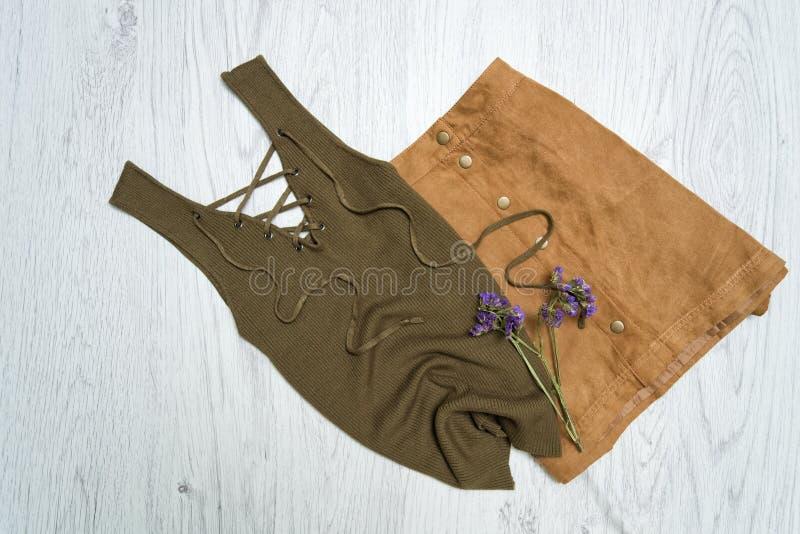 Футболка с связями хаки юбка цвета и коричневого цвета Модное conce стоковая фотография