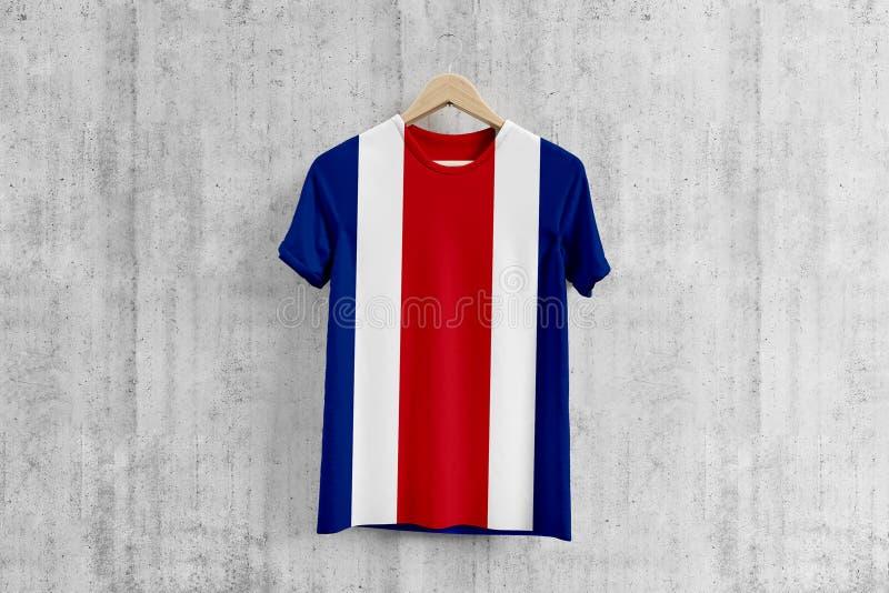 Футболка флага Коста-Рика на вешалке, идее дизайна команды равномерной для продукции одежды Национальная носка стоковые фото