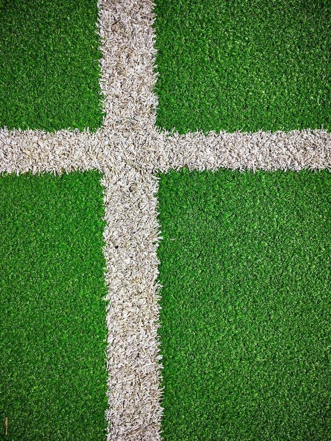 Футбольное поле с искусственным взглядом сверху крупного плана лужайки травы стоковое фото