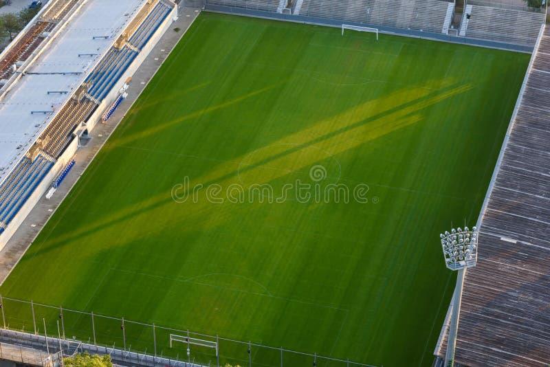 Футбольное поле футбольного стадиона с фарами стоковое изображение