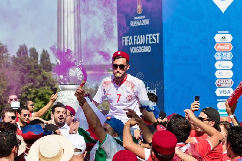 Футбольные болельщики национальной команды Туниса с национальным флагом стоковая фотография rf