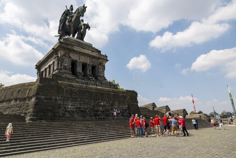 Футбольные болельщики около памятника к Kaiser Wilhelm i в Кобленце стоковое фото