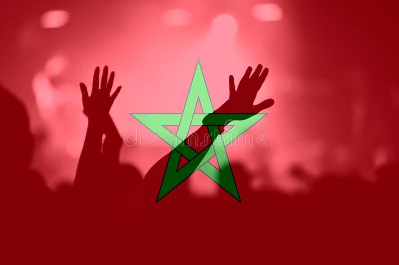 Футбольные болельщики с смешивать марокканський флаг стоковое фото