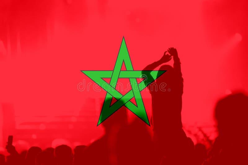 Футбольные болельщики с смешивать марокканський флаг стоковое изображение