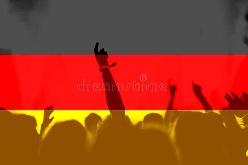 Футбольные болельщики с смешивать флаг Германии стоковое изображение