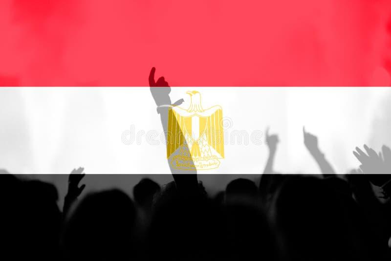 Футбольные болельщики с смешивать флаг Египта стоковые изображения