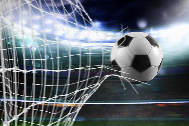 Футбольный мяч ведет счет цель на сети стоковые фото