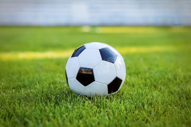 Футбольный мяч на футболе травы стоковая фотография