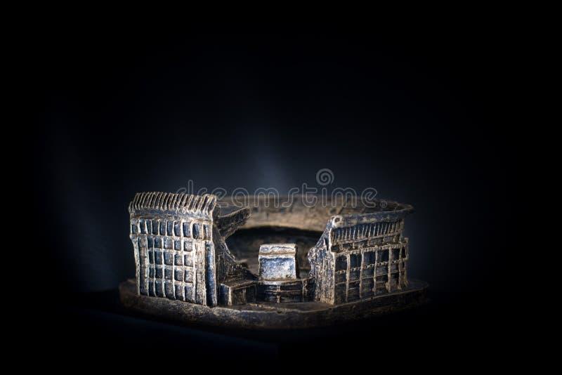Футбольный стадион Vicente Calderon Золотой экземпляр известного стадиона Atletico de Мадрида футбольной команды над темной предп стоковая фотография