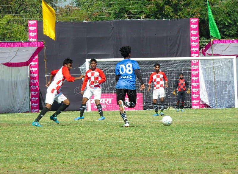 Футбол или футбольный матч в стадионе в Индии стоковые фотографии rf
