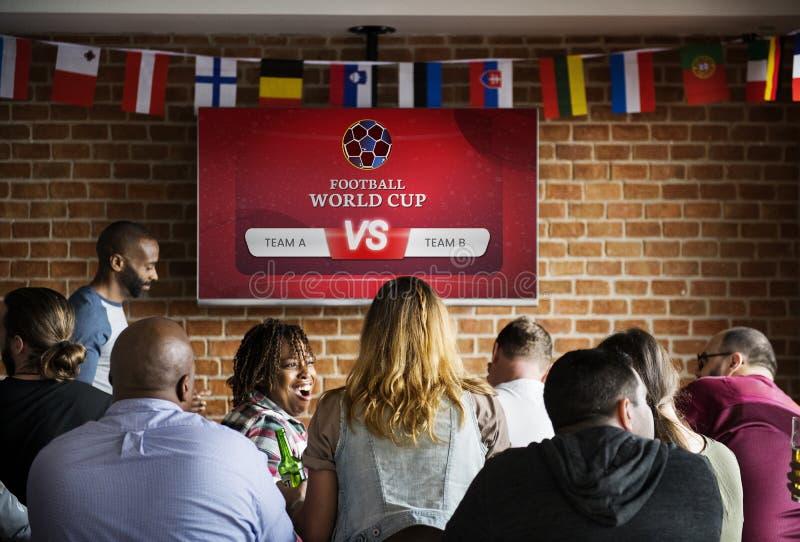 Футбол людей наблюдая на баре спорт стоковая фотография rf