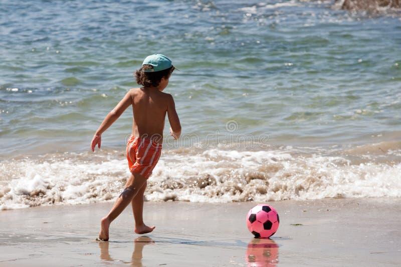 футбол мальчика шарика красивейший стоковое изображение