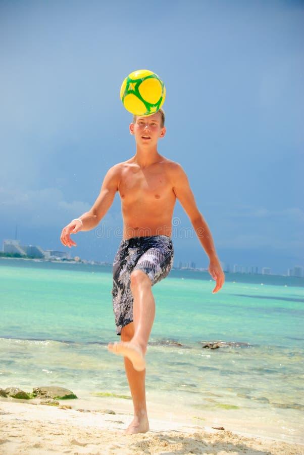 футбол пляжа стоковое фото