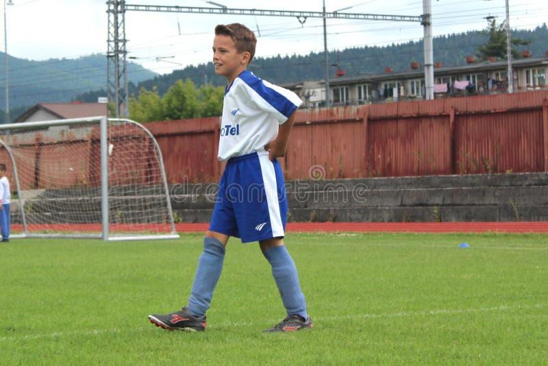 Футбол потеха Молодой ребенк футбола с улыбкой стоковые фото