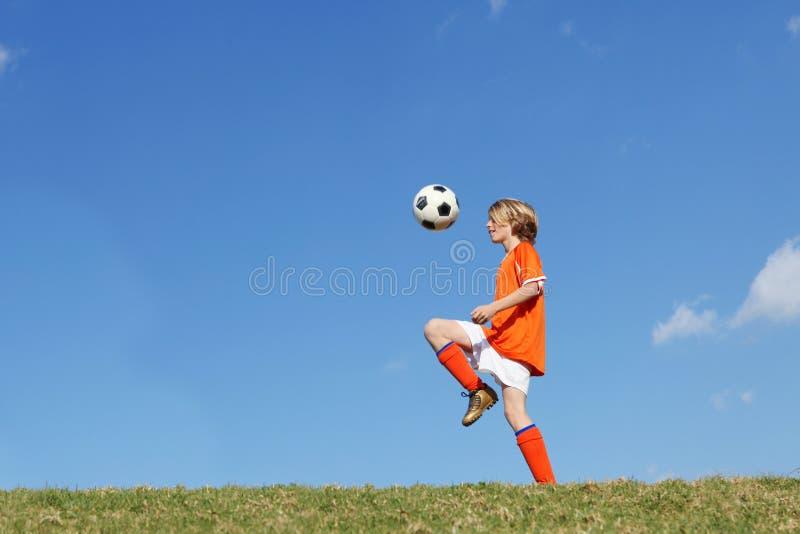 футбол ребенка мальчика играя футбол стоковая фотография rf