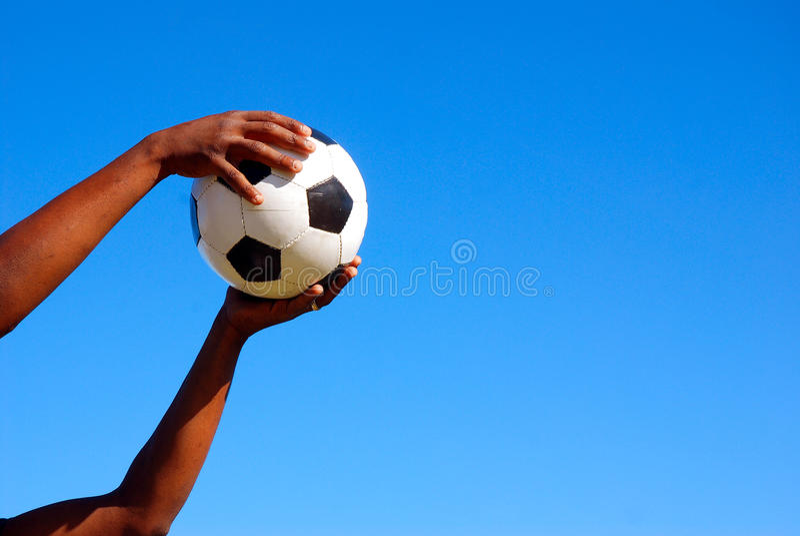 футбол рук шарика черный заразительный стоковая фотография rf
