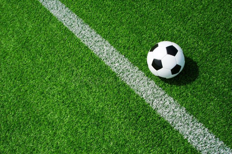 Футбол, футбол, шарик, метка, белая линия, классическое черно-белое на чистом зеленом поле, космосе для текста, хорошем для знаме стоковое фото