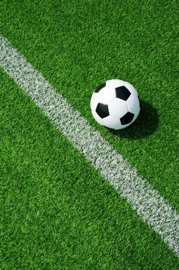 Футбол, футбол, шарик, метка, белая линия, классическое черно-белое на чистом зеленом поле, космосе для текста, хорошем для знаме стоковая фотография