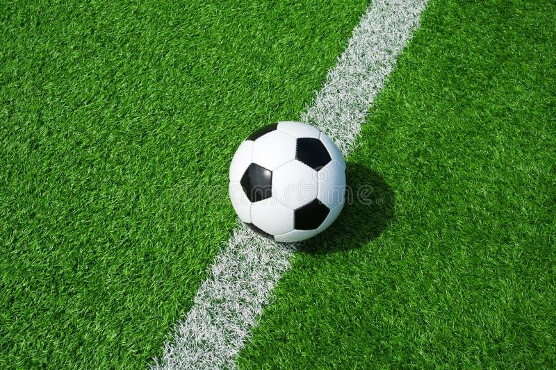 Футбол, футбол, шарик, на белой линии, метка, классический черно-белый шарик на чистом зеленом поле, космосе для текста, хорошем  стоковые изображения rf