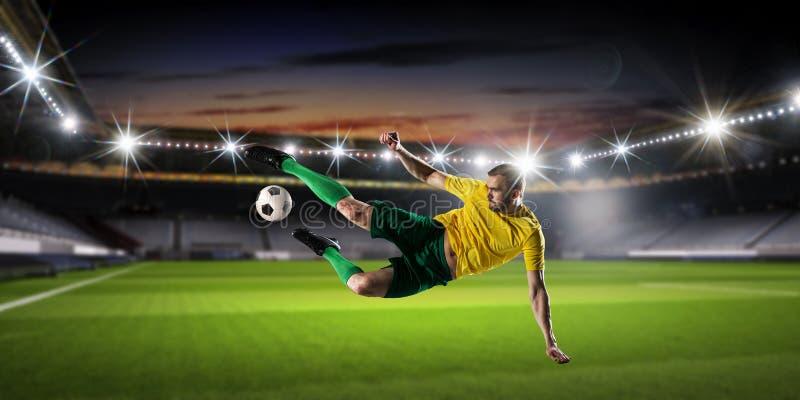 Download футбол игрока шарика пиная Мультимедиа Стоковое Изображение - изображение насчитывающей строб, место: 81809247