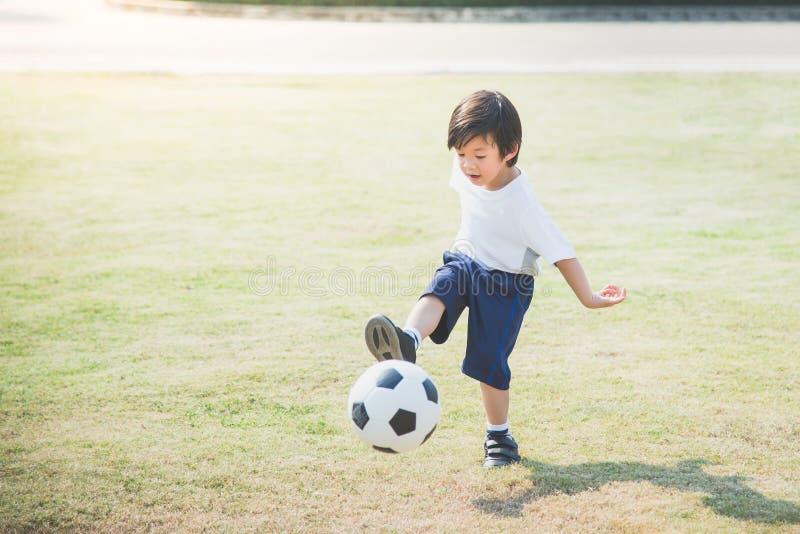 Футбол мальчика пиная стоковое изображение