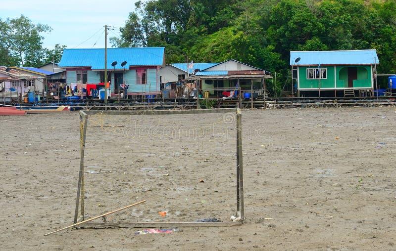 Футбольное поле в деревне, Kampung Salak, Борнео, Малайзия стоковые фотографии rf