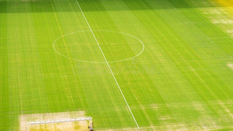 Футбольное поле сверху, разбивочный круг стоковые изображения