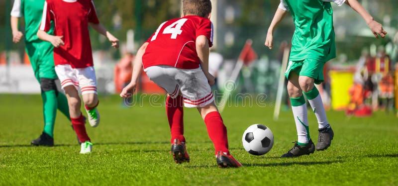 Футбольный матч футбола для детей детеныши футбола спортсменов Тренировать футбол молодости стоковое фото