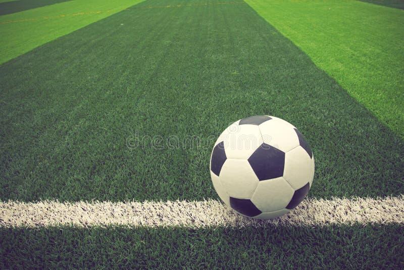 Футбольный мяч или футбол на цвете года сбора винограда футбольного поля стоковые фотографии rf