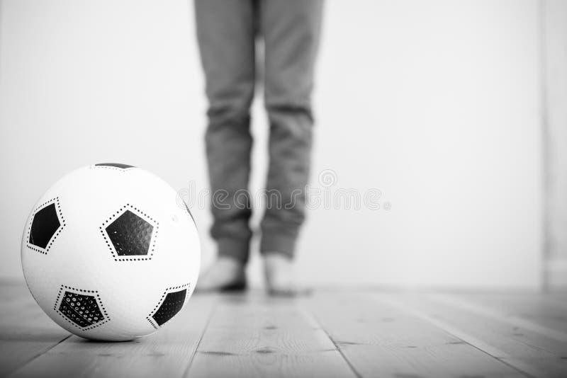 Футбольный мяч на деревянном поле стоковые изображения rf
