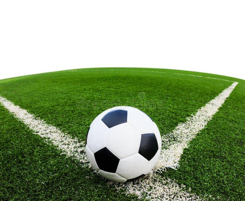 Футбольный мяч на изолированном поле зеленой травы стоковая фотография