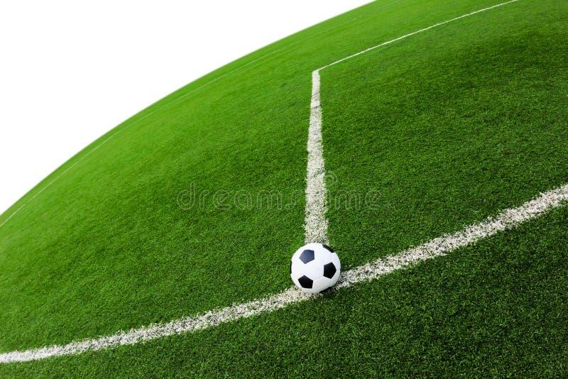Футбольный мяч на изолированном поле зеленой травы стоковое фото