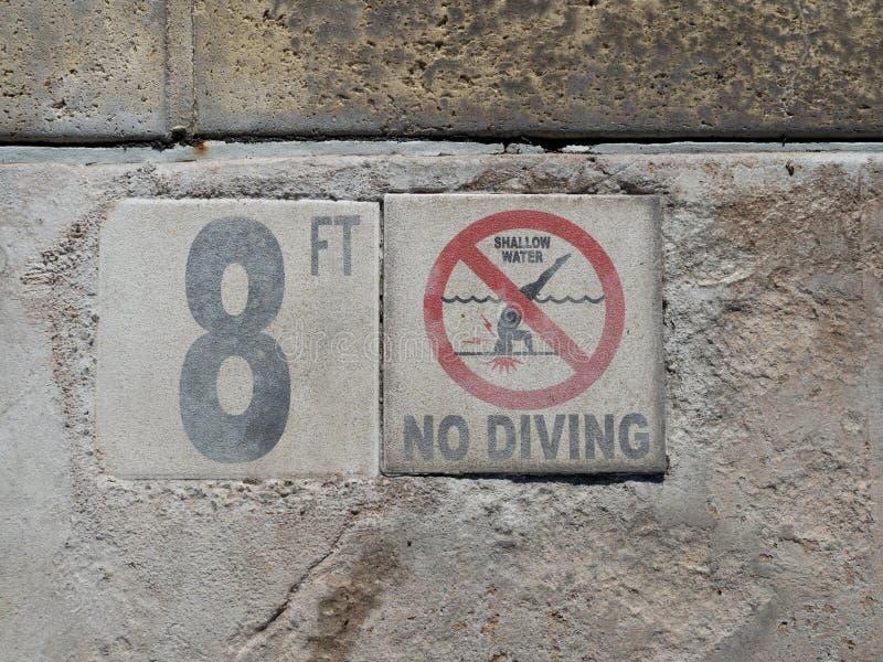 8 футов, мелководье, отсутствие знака подныривания на ноге бассейна стоковые фотографии rf
