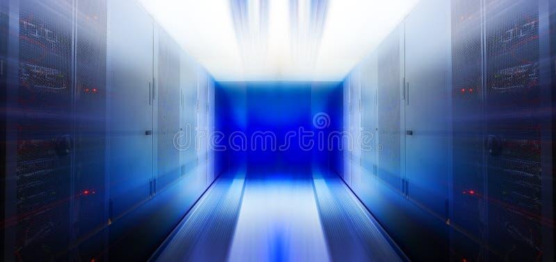 Футуристическая комната движения нерезкости сервера с современным оборудованием связи и сервера стоковые изображения