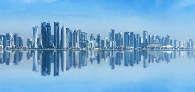 Футуристический городской горизонт Дохи, Катара Доха прописной и самый большой город арабского Государства Катар Панорамный ландш стоковое фото