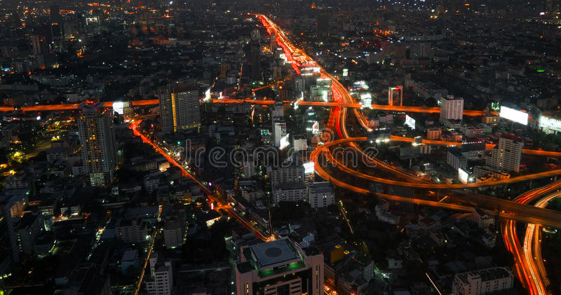 Футуристический городской пейзаж ночи с движением через улицу bangkok Таиланд стоковые изображения