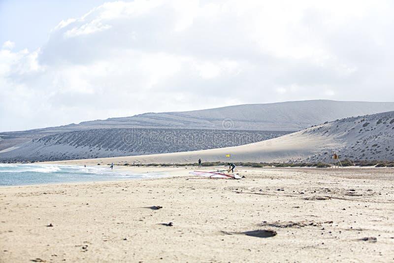 Фуэртевентура Windsurf пляж с Winsurfers стоковая фотография rf
