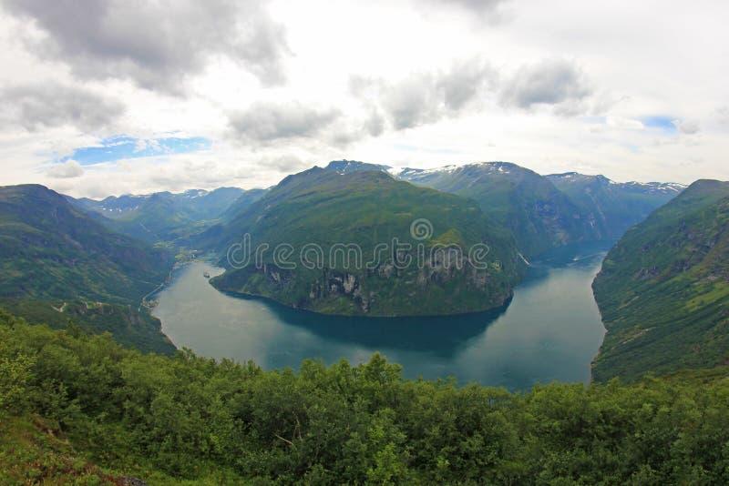 Фьорд Geiranger, красивый вид к этой ветви Sunnylvsfjord, перспективе глаза рыб, Норвегии стоковое фото rf