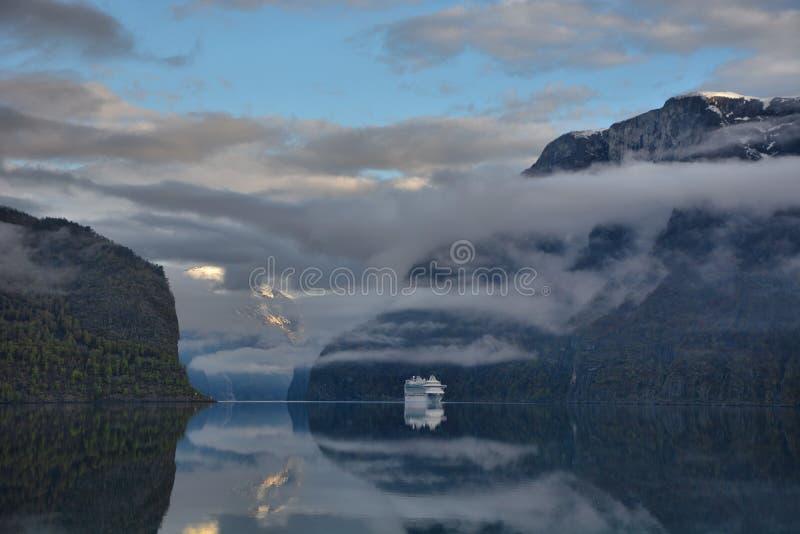 Фьорд раннего лета, Норвегия стоковые фото