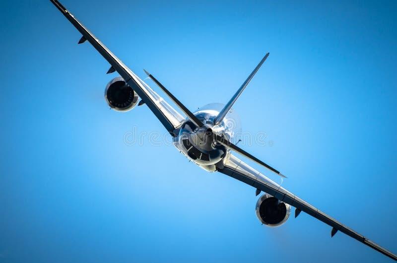 Фюзеляж и полет с набором высоты самолета пассажира сияющий стоковое фото rf
