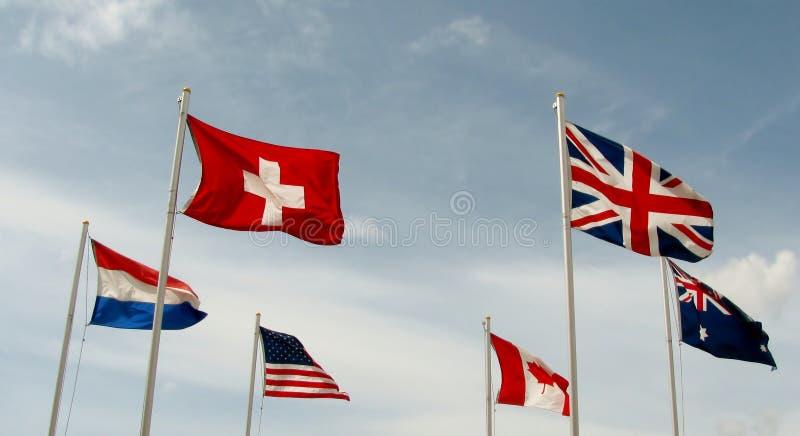 Флаги летают сторона - мимо - сторона стоковая фотография rf