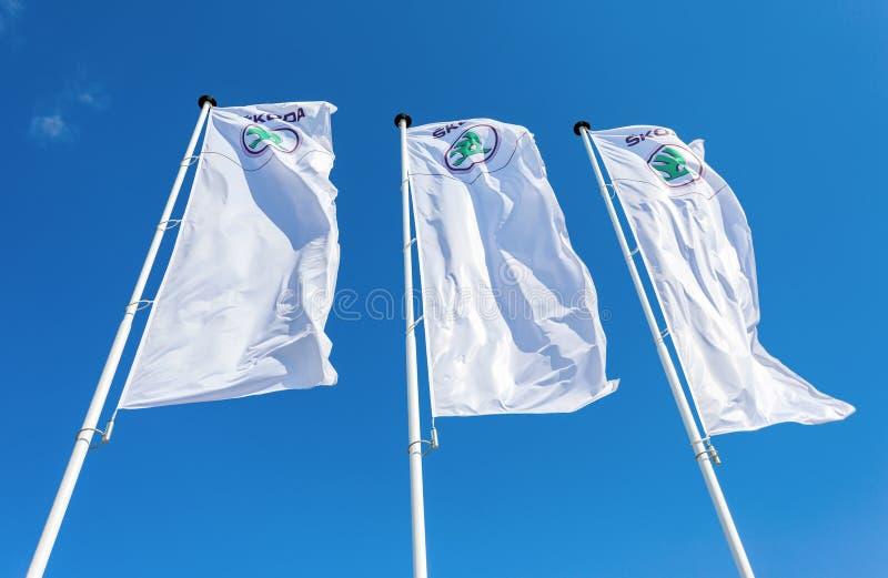 Флаги дилерских полномочий Skoda над голубым небом стоковое изображение