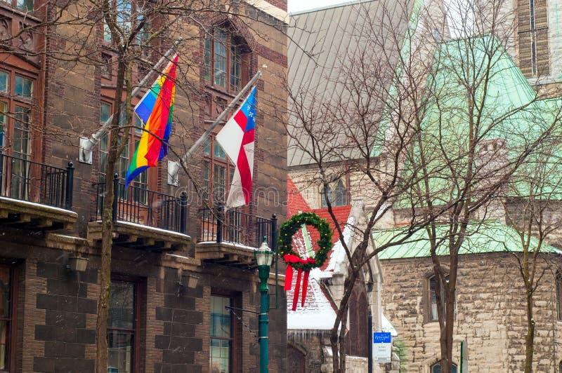 Флаги на старом здании стоковое изображение