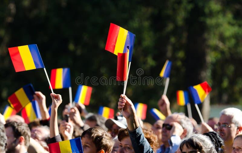 Флаги румынской толпы развевая стоковая фотография rf