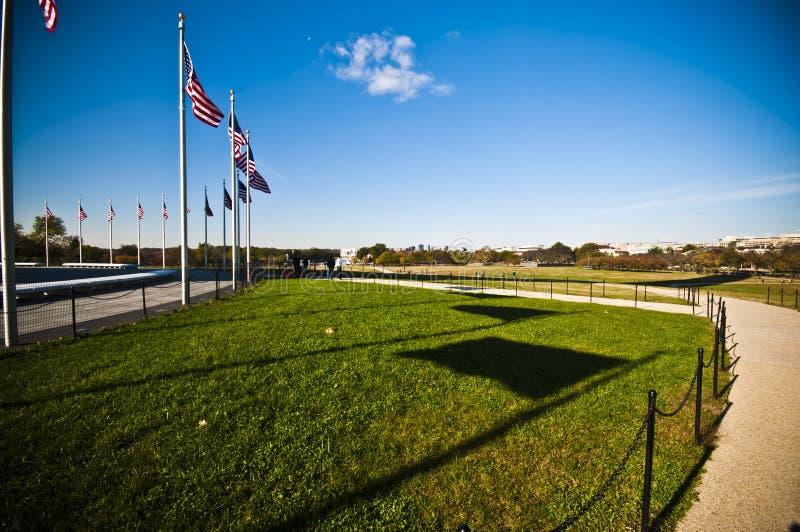 Флаги США памятником Вашингтона стоковая фотография